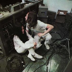 – Kommer strax, killar, måste bara prata lite med Yoko här bakom prylarna!