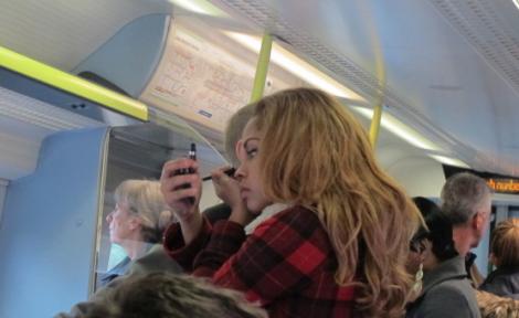 På tåget sminkar sig tjejerna förvånansvärt pricksäkert. (Jag kan inte ens få kajalen på rätt plats hemma i badrummet med korrekt belysning.)