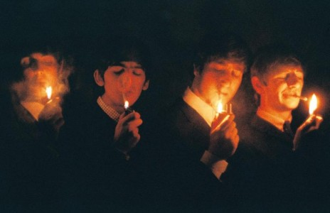 – Tänd cigaretterna på tre! Ett två tre!