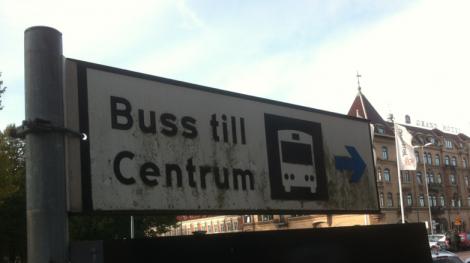 I Halmstad klev jag av tåget och svor raskt en förbannelse över alla städer som inte har järnvägsstationen i centrum.