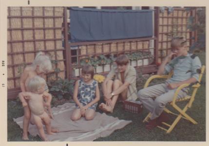 Naken Lotten, nekn Broder Jakob och tre påklädda kusiner.