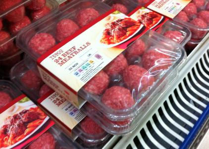 JORDGUBBAR! Nej, äsch, köttbullar. (Finns såna här ostekta saker i Sverige?)