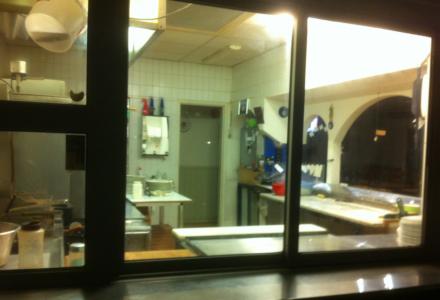 Går man in i en öppen pizzeria som är helt tom på gäster där man tydligt ser att kundkretsen inte är så stor eftersom köket vetter mot gatan?