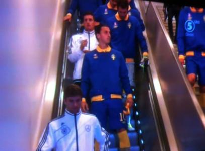 Fotbollsspelare i rulltrappa.