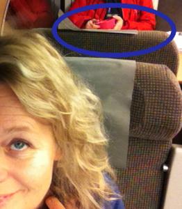 Ni ser frukostätaren? (Jajajaja, ni anar också de mörka skuggorna under mina ögon. Men de beror bara på mina långa ögonfransar och ljusförhållandena på tåget. Ju.)
