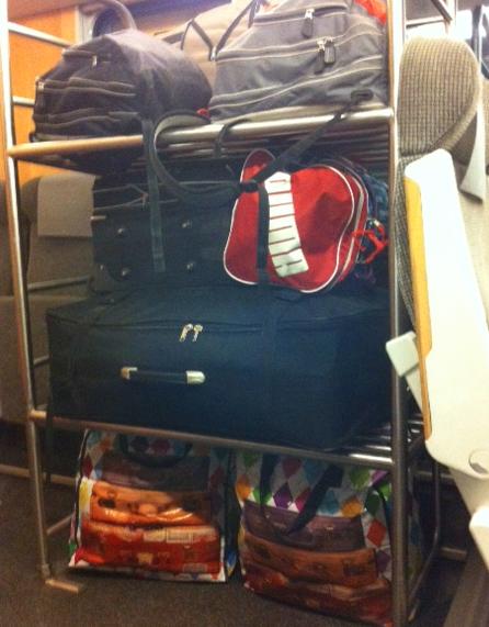 På tåget hem satt endast jag och en skäggstubbig, fyrkantig karl. Men bagagehyllan såg ändå ut så här.