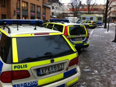 På Söder kryllade det av polisbilar. Jag tyckte att det verkade intressant och mystiskt och kände mig lite som Kitty Drew tills jag upptäckte att jag stod utanför polishuset.