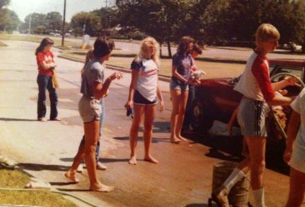 """""""Car wash"""" för att dra in pengar till kyrkans aktiviteter. (Japp, där står jag i mitten.)"""