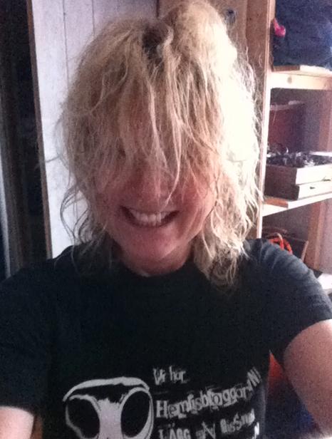 Efter tvättningen får man inte använda balsam, varför jag just nu ser ut så här. (Det stela leendet beror på att jag fokuserade mer på avtryckarknappen än på skönheten.)
