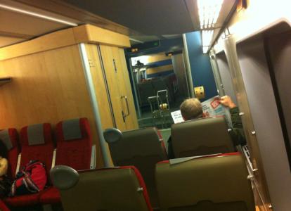 Inne på tågen får man inte heller röka – det där som ser ut som en rökruta är tågtoaletten, som numera är stor som en etta på Söder och inte har fri sikt ner på rälsen.