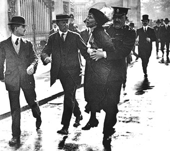 Ledaren för Women's Social and Political Union (WSPU) Emmeline Pankhurst arresteras handgripligen 1914.