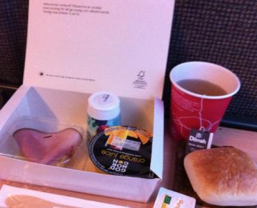 Förstaklassplatsen innebär att man på morgontågen serveras frukost!