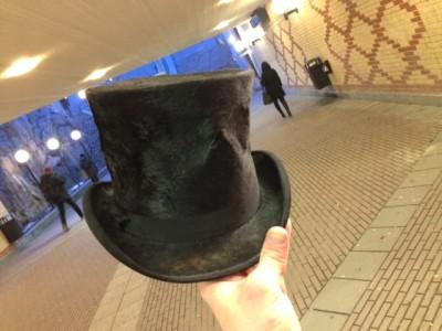 Den höga hatten under järnvägsspåren.