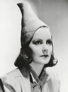 … allt klär en skönhet eftersom hon visste att inte ens Greta Garbo trivdes i Three Mile Island-hatten.