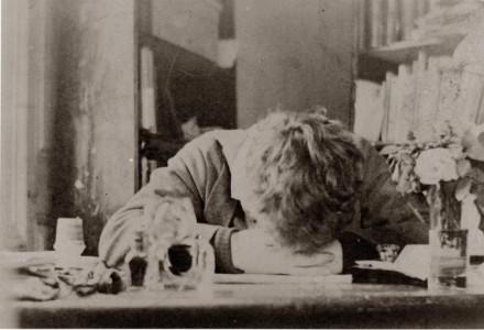 """Detta är faktiskt Strindberg. På riktigt. Han kanske bara var trött på att fotograferas, men jag väljer att tolka denna ställning som """"djup skaparångest""""."""