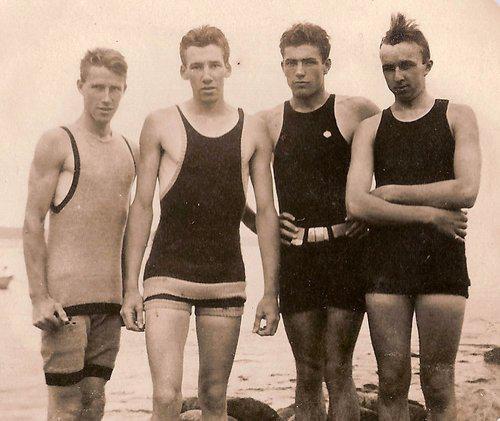 Det här är ett gäng badare från runt 1910, men det underliga är att tvåan från vänster är en kopia av Sten Feldreich.