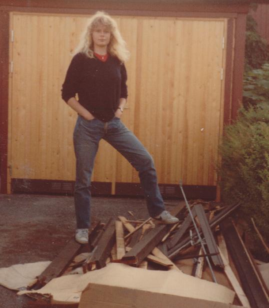 Artonåriga Lotten med nedlagt byte: en garagedörr. (Den nya dörren i bakgrunden.)