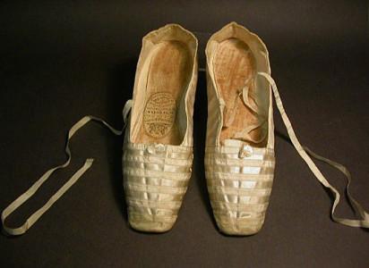 De här små nätta sakerna stoppade den späda drottning Victoria ner sina fötter i när hon gifte sig 1840.