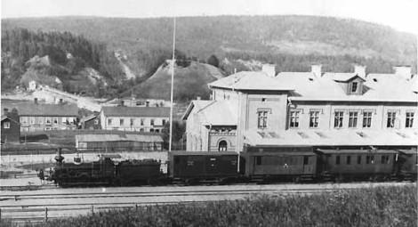 """Sollefteå järnvägsstation 1888. Ångloket Fb 73 """"Thorgny"""" är klart för avgång mot Långsele."""