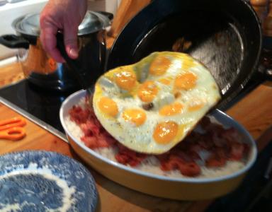 Carls och Karins barnbarnsbarn tillagade den traditionella lunchmaten som har ätits i huset sedan snart 150 år: skinka (fast vi tog bacon) på risbädd under stekta ägg.