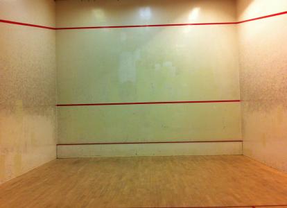 Squashhallar må vara stilrena och opyntade samt färgmatchade … men kolla på den nedersta röda linjen där. För den gömmer …