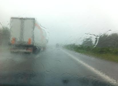 Omkörda av lastbilar blev vi hela tiden. Men vi hämnades genom att spruta vatten på en traktor.