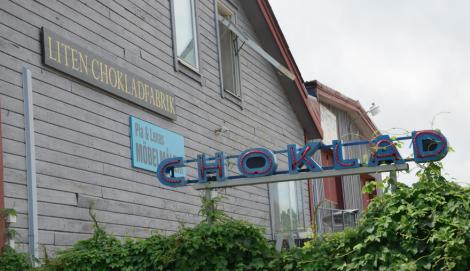 """En neonskylt med CHOKLAD och texten """"liten chokladfabrik"""" fick mig att tvärnita."""