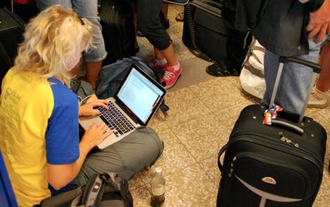 Ingen berättar heller att man kan blogga sittande på ett kallt golv.