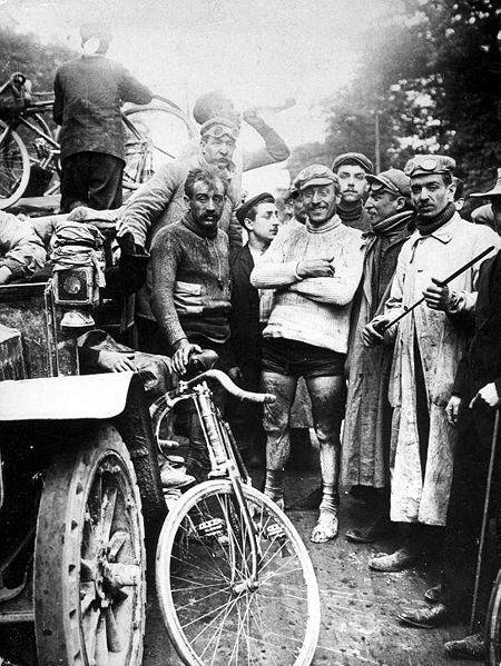 Till vänster den lite besvikne tvåan Leon Georget, till höger den lite mer nöjde Maurice Garin. (1903)
