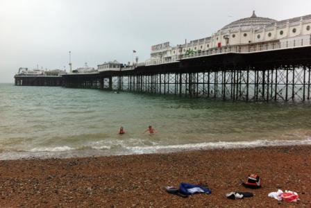 Som de absolut enda i hela Brighton, badade sedan barnen.