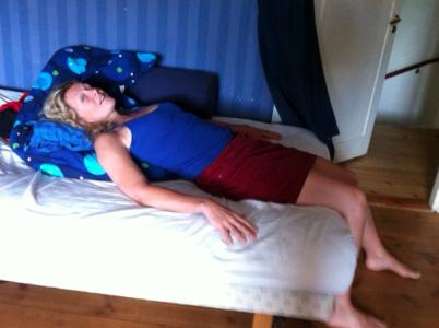 Här ser jag visserligen nästan ut som ett nyupptäckt lik i Midsomer, men ni förstår sovställningen?