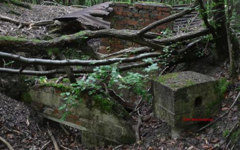 Här finns en liten del av plåttaket kvar -- den togs annars bort efter kriget för att återanvändas.