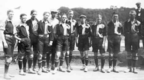 Svenska landslaget 1908: Thor Eriksson, Gustaf Bergström, Karl Gustafsson, Nils Andersson, Ove Erickson, Thodde Malm, Erik Börjesson, Kalle Ansén, Sven Olsson, Erik Bergström och Hans Lindman.