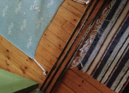 Snodden från mattan är invävd och går till en diskret knopp som är skruvad i golvet.