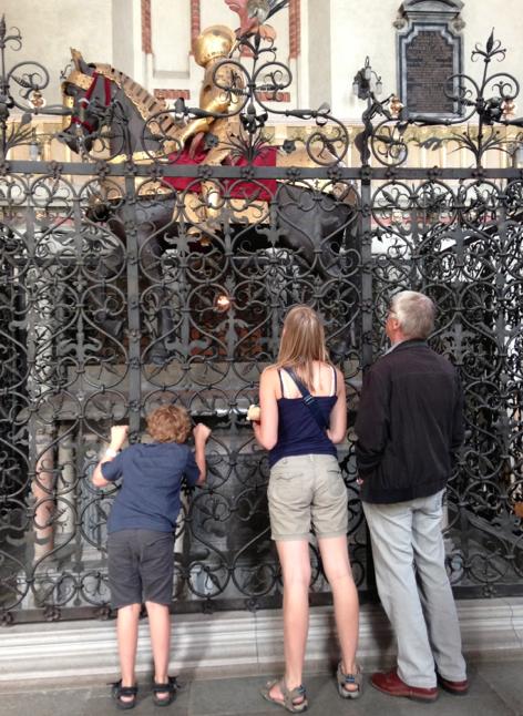 Här ligger Karl IX begravd – i Strängnäs domkyrka. Tioåringen, Trettonåringen och min pappa granskar staketkvalitén.