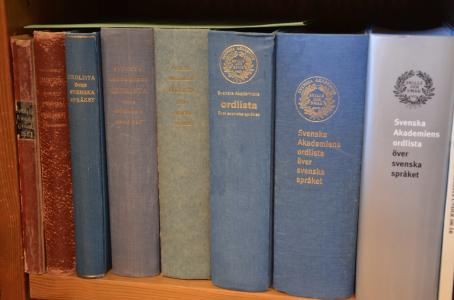 """Det här är Svenska Akademiens ordlista (SAOL) 1874--2006. (Fast alla 13 upplagorna är inte med här på bilden. Sorry.) Den är """"normerande för stavning, uttal och böjning av svenska ord"""" och alltså en lista där orden i de flesta fall saknar förklaringar."""
