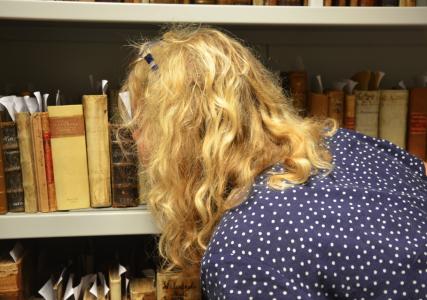 Jag luktar här på böcker från 15- och 1600-talen – inlåsta i klimatskyddande kassaskåp. Nyste gjorde jag inte.