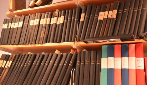 """Det här är Svenska Akademiens ordbok (SAOB) 1893–2013 – en ordbok över svenska språket från 1521 och framåt med uppgifter om uttal och böjning samt etymologi – med vansinnigt många språkprov (""""exempel"""" för lekmän) från säkra källor."""