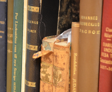 Kolla: gamla trasiga böcker och nya huller om buller. (Fast det är förstås inte rörigt utan strikt ordnat.)