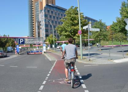 Här cyklar vi om kring vid Potsdamer Platz, som under kalla krigets dagar bara var ett stort no mans land mellan murar och taggtråd.