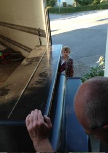 Starke Mats blev sedan tvungen att be Tioåringen om hjälp med att trycka på knappen på lastbilen.