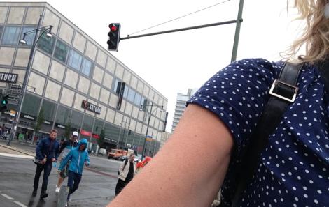 Gå inte sommarklädd när det är kallt och spöregnar, för då kommer berlinborna fram och talar om att man måste klä sig för årstiden. (Om man då talar om att man är en idiot som inte har packat för dåligt väder, skakar de på huvudet och svär om die dumme Schweden.)