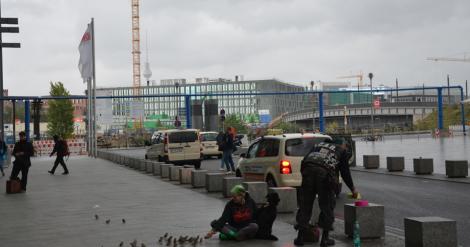 Gå inte ut ur Hauptbahnhof. Allt du behöver finns på insidan. På utsidan: ingenting.