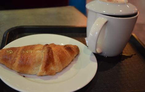 Te och croissant-fika. (Jag kan äta croissant till annat än frukost, kan ni tänka er.)