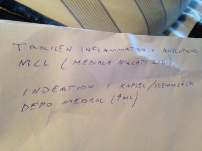 """""""Troligen inflammation i anslutning till MCL (mediala kollat. lig.). Injektion 1 kapsel/slemsäck depo medial (4 ml)."""""""