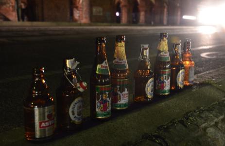 Fokusera inte på att fotografera din och ditt cykelgängs uppdruckna öl på en bro …