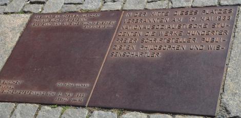 """Ta vara på Heinrich Heines synska förmåga, eftersom han 1820 skrev att """"där man bränner böcker bränner man till slut även människor"""". (Minnesmärket ovan finns på Opernplatz, där man redan 1933 brände av judar skrivna böcker.)"""