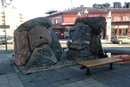 – Det här konstverket är gjort av gotländsk sten! Va! Som om vi int' skull ha egen sten här i Kiruna va? sa taxichauffören med tydlig irritation.