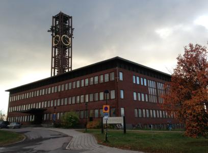 Stadshuset invigdes 1963, och ser väl lite lattjo ut med ett fint klocktorn, tänkte jag.
