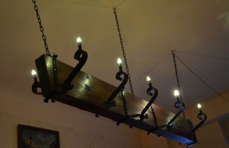 Att rummet var så mörkt kan ha haft att göra med belysningsapparaturen som såg ut som … reservdelar från regalskeppet Vasa.